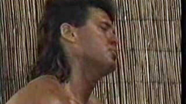 Busty lady spielt alte deutsche sex filme mit einem squirting dildo