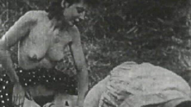 Lesbian femdom spielt alte fickfilme mit Ihrer zurückhaltenden devoten