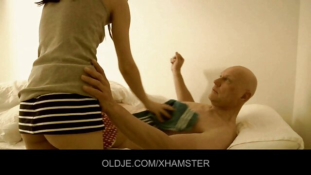 Schlank teenager Rene sexfilme für ältere beiläufig masturbiert.